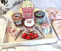 I want to have a sleepover with friends and eat this Pyjama-party Essen, Movie Night Snacks, Movie Nights, Movie Night Basket, Sleepover Food, Good Food, Yummy Food, Snacks Für Party, Aesthetic Food
