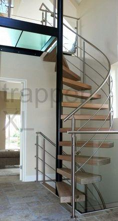 Spiltrap uitgevoerd met zwevende treden. Aan de buitenzijde van de trap een roestvrijstalen balustrade