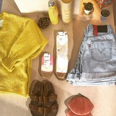 The sun may have disappeared for now but here in Roos Beach the yellow shines on as always!  #tuesdayvibes #tabledecor #yellowmellow #flatlay #americanvintage #grannypurse #levi #stance