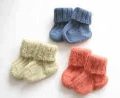 DIY - djævlehuer og minisokker | Moderliv - Graviditetsscanning og Jordemoderklinik Baby Boy Knitting, Knitting For Kids, Baby Knitting Patterns, Baby Sewing, Baby Patterns, Crochet Pattern, Free Pattern, Crochet Socks, Knitting Socks