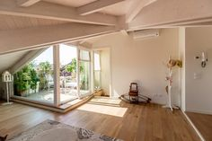 Eine zauberhafte Dachwohnung A plea for the penthouse: so beautiful, flooded with light … Attic Apartment, Attic Rooms, Attic Spaces, Open Spaces, Lovely Apartments, Small Apartments, Terrasse Design, Inside A House, Loft Room
