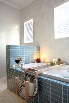 Badewannenhalterung mit Gitter und Badewanne mit Ablage