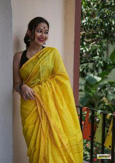 Cotton Saree Designs, Saree Photoshoot, Photoshoot Ideas, Stylish Photo Pose, Saree Poses, Saree Trends, Fashion Photography Poses, Stylish Sarees, Saree Look