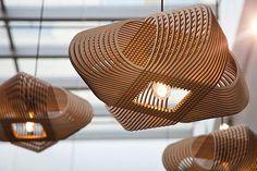 Hanglamp No.39 Ovals bij a-LEX gaat uit van de kracht van de herhaling. Ontwerper Alex zocht naar een manier om dezelfde vorm zo te verbinden dat er iets nieuws ontstaat. Een ontwerp waarin het geheel meer is dan de som der delen. Een ontwerp dat een schijnbare eenvoud uitstraalt, maar
