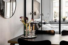 Qu'est ce qui caractérise ce deux pièces suédois et le rend unique? Certainement la couleur du salon, et le papier-peint Pimpernel de William Morris & Co, utilisé dans la cuisine, qui le…