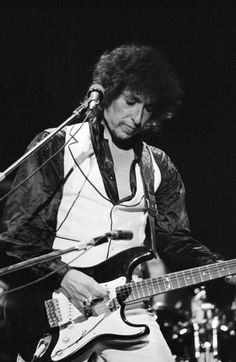 Bob Dylan live at Earls Court London 1978 Bob Dylan Live, Blood On The Tracks, Bob Dylan Lyrics, Travelling Wilburys, Blowin' In The Wind, London, American Singers, The Beatles, Bobby