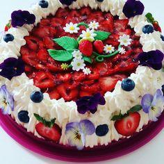 Strawberry dteam cake