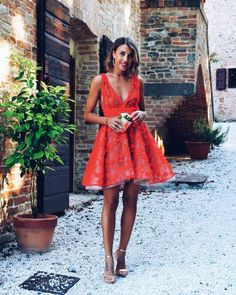 Wondering what to wear on a first date to dinner with the man you love? Try to copy one of these dinner date outfits. You'll certanly impress him! Dinner Date Outfits, First Date Outfits, Date Dresses, Short Dresses, Streetwear, Summer Wedding Guests, Going Out Outfits, Homecoming Dresses, What To Wear