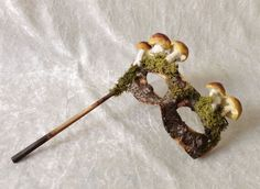 Fantasievol boom oogmasker op stokje met mos en paddenstoeltjes door Thomas Weber van TheaterDidymus