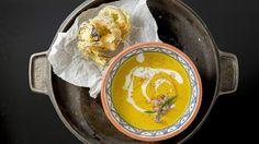Suppa er inspirert av en fransk klassiker som kalles potagé de crecy, en tykk puré av potet og gulrot. Grønnsakene ovnsbakes for å få mer smak.