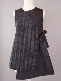 Long Round Neck Vest in Black with Wavy Lines Juanita Giardin Batik Fashion, Hijab Fashion, Fashion Outfits, Womens Fashion, Fashion Trends, Tunic Pattern, Tunic Sewing Patterns, Dress Patterns, Fashion Corner