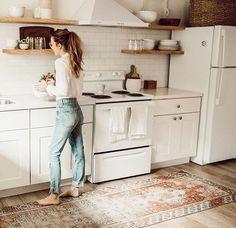 Esprit bohème dans la cuisine avec un vieux tapis persan chiné