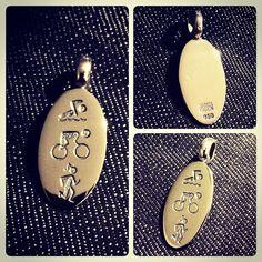 Colgante de Plata, grabado a mano, diseño triatlon / Silver necklace, hand-engraved, trithlon design / #hechura #joyeria #hechoamano #colgante #plata #triatlon #ironman #handmade #jewelry #silver #necklace #triathlon / rodolfo@hechura.cl www.hechura.cl