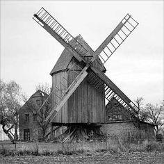 Bockwindmühle, restauriert, 2 Jalousieflügel, 2 Segelgatterflügel