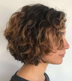 Soft Brown and Caramel Wavy Bob There's so much you can do when you have short wavy hair. The relaxed texture of your waves looks great when cut into a bob. Add in caramel highlights to really… Curly Hair With Bangs, Curly Hair Cuts, Short Hair Cuts, Curly Hair Styles, Curly Short, Short Curly Bob Haircut, Short Shag, Curly Bob With Fringe, Thick Hair