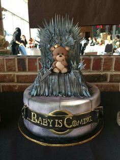 Game of Thrones baby shower cake. Too neat! Perfect for a themed baby shower or… - Marvel - Game of Thrones Bolo Game Of Thrones, Game Of Thrones Kuchen, Game Of Thrones Theme, Game Of Thrones Birthday Cake, Game Of Thrones Food, Baby Shower Parties, Baby Shower Themes, Shower Ideas, Funny Baby Shower Cakes