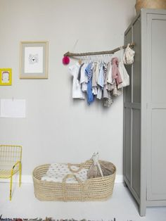 branch clothes rack: Maison d'inspiration scandinave à Nantes