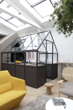 This contemporary loft has a greenhouse kitchen,a maritime pine tree in the living room, and an eccentric design. It is definitely one of our favorites. Deco Design, Küchen Design, Design Case, House Design, Design Loft, Smart Design, Design Hotel, Glass Design, Interior Exterior