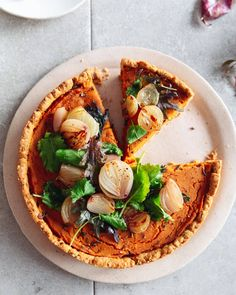 A savoury squash tart, perfect as a vegetarian (or vegan) main for Christmas or the Holidays. Topped with caramelised shallots and kale for a comforting winter flavour. Butternut Squash & Caramelised Shallot Tart - Izy Hossack - Top With Cinnamon C Vegetarian Thanksgiving, Thanksgiving Recipes, Thanksgiving Traditions, Holiday Recipes, Vegetarian Comfort Food, Vegetarian Recipes, Quiches, Tart Crust Recipe, Vegan Tarts