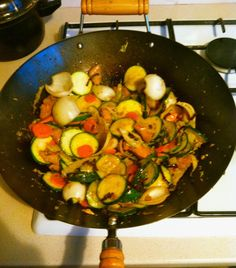 """Le shop suey est un plat ancré dans la cuisine réunionnaise, venu lui aussi de Chine il signifie """"mélange de morceaux"""". Qu'il soit au porc, au poulet, au boeuf, au poisson ou encore à la crevette, il y en a pour tous les goûts. Sa préparation à base de... Creole Recipes, Kung Pao Chicken, Ratatouille, Menu, Chinese, Cooking, Ethnic Recipes, Shopping, Design"""