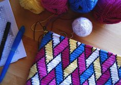 Bright tapestry crochet for a modern crochet clutch! This is my definition of crochet fashion trend! Crochet Clutch, Crochet Handbags, Crochet Purses, Tapestry Bag, Tapestry Crochet, Tunisian Crochet, Crochet Stitches, Diy Crochet, Bead Loom Patterns
