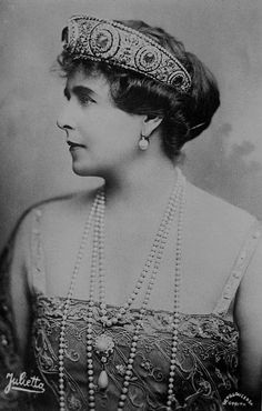 Marie of Romania 1876 Wearing the great Cartier diadem with the 137 carat central sapphire originally made in 1909 for her aunt Grand Duchess Vladimir. That is a serious tiara. Royal Crowns, Royal Tiaras, Tiaras And Crowns, Queen Mary, King Queen, Romanian Royal Family, Royal Jewelry, Jewellery, Royal House
