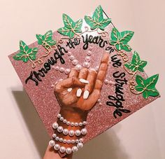 ❤️pin:listentoalegend❤️ Graduation Cap Designs, Graduation Cap Decoration, Graduation Pictures, College Graduation, Aka Sorority, Alpha Kappa Alpha Sorority, Delta Phi, Sorority Gifts, Grad Cap