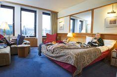 Kun Pia Salavirta saapui reppu selässä hotellin vastaanottoon, hän ilmoitti majoittuvansa toistaiseksi. Siitä on nyt yhdeksän vuotta. Bed, Table, Furniture, Home Decor, Decoration Home, Stream Bed, Room Decor, Tables, Home Furnishings