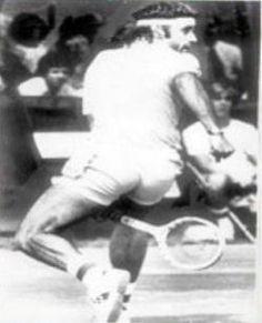 La Gran Willy es un golpe de tenis mediante el cual el jugador que lo ejecuta se encuentra de espaldas a la red, usualmente lejos de ella, y le pega a la pelota pasando la raqueta por debajo de las piernas. Se trata de un golpe muy difícil, que requiere gran habilidad y que es esencialmente defensivo y excepcional, ya que se utiliza como último recurso, cuando la pelota ha superado al tenista. Fue inventado por el tenista argentino Guillermo Vilas.