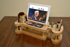 Organizador de maquillaje con un soporte para colocar el ipad