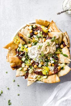 Nachos Make this easy and quick vegetarian appetizer that's loaded with crispy, warm pita pieces, Mediterranean toppings, and served with hummus and tzatziki sauce. Vegetarian Appetizers, Appetizer Recipes, Vegetarian Recipes, Healthy Recipes, Vegetarian Cookbook, Vegan Dinners, Easy Recipes, Tzatziki Sauce, Snacks Für Party