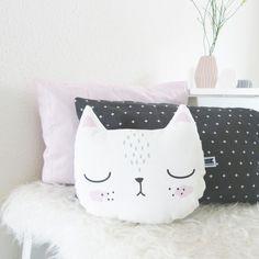 Niedliches Kissen mit Katze, perfekt fürs Kinderzimmer, Dekoration / cute cat pillow for nursery, cute home decor made by Maschaa via DaWanda.com