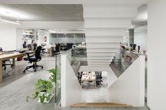 La escalera interna se desfasa en negativo como nucleo central del proyecto en las nuevas oficinas que diseñamos y construimos para agencia de marketing, se desfasa como una resultante al programa de acuerdo al nivel en que se encuentra.