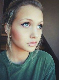 Lip piercing - exact placement i want..plus i love her simple natural beauty...what I'm going for #lowerlippiercinglabret Lip Piercing Labret, Lower Lip Piercing, Spiderbite Piercings, Piercing Ring, Piercing Tattoo, Facial Piercings, Septum Ring, S Tattoo, Body Mods