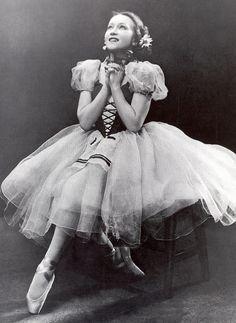 Galina Ulanova as Giselle. Ballet beautie, sur les pointes !                                                                                                                                                                                 More
