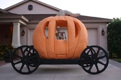 Sinister Sid has been building this Pumpkin carriage. Halloween Costume Props, Halloween Themes, Halloween Crafts, Halloween Graveyard, Halloween Parade, Cinderella Decorations, Holiday Decorations, Pumpkin Carriage, Golf Theme