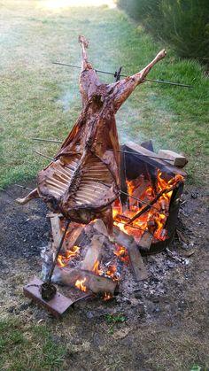 Patagonian lamb roast, on the cross. Asado de cordero patagónico, a la cruz. Fire Pit Backyard, Backyard Bbq, Dragon Fire Pit, Asado Grill, Diy Ghost Decoration, Bbq Spit, Diy Wood Stove, Fire Cooking, Outdoor Cooking