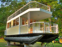 Epic Tiny House on Pontoons with Upstairs Deck. This is the coolest house. Pontoon Houseboat, Houseboat Living, Pontoon Boat, Trailer Casa, Shanty Boat, Casas Shabby Chic, Haus Am See, Water House, Boat House
