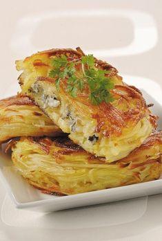 Croustillant de pomme de terre au bleu d'Auvergne: puff pastry of potatoes with Auvergne blue cheese - France Vegetarian Recipes, Cooking Recipes, Good Food, Yummy Food, Chefs, Savoury Dishes, Potato Recipes, Parmesan, Food Inspiration