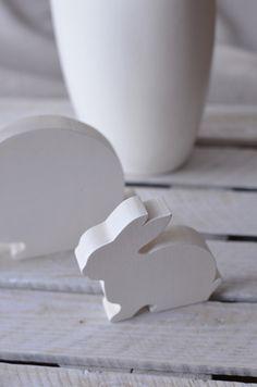 Białe zające z drewna - odinspiracjidorealizacji - Dekoracje wielkanocne