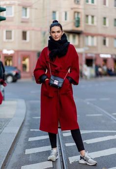 The atmosphere of the long red woolen jacket and sports match