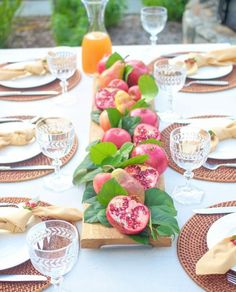 """54 curtidas, 1 comentários - @recebercomcharme no Instagram: """"Folhas e frutas da estação, no gracioso centro de mesa...  . #recebercomcharme #olioli_lifestyle…"""""""