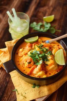 moqueca de peixe e camarão (Brésil) Around The World Food, Thai Red Curry, Asian, Ethnic Recipes, Pisces, Seafood Stew, World Cuisine, Food, Colors