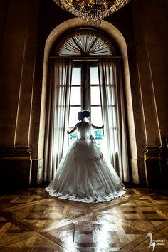 Brautportrait vor groem Fenster Schwarz Weiss