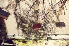 livros-suspensos-no-teto-decoração-temática.jpg (800×533)