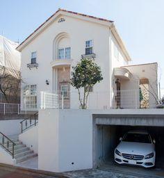 赤い瓦屋根、ロートアイアン、アーチのデザインの調和が美しい外観。 玄関ドアの奥はパティオ(中庭)です。|南欧風住宅・プロヴァンス|白い家|アイアン|
