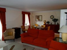 cortina vermelha em sala com sofá vermelho