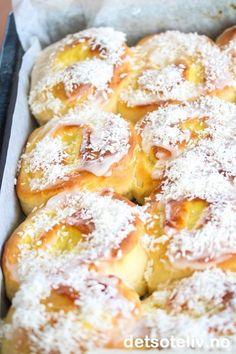 Alle elsker jo Skolebrød - og her er en herlig variant som lages som Skolebrødsnurrer. I stedet for å ha vaniljekrem bare i midten, rulles bollene her sammen med vaniljekrem i svingene. På toppen må det selvsagt være melisglasur og kokos. Dette er garantert populære boller! Norwegian Cuisine, Norwegian Food, Baking Recipes, Cake Recipes, Dessert Recipes, Desserts, Swedish Recipes, Sweet Bread, Yummy Drinks