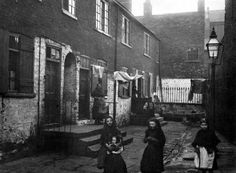 Dufton´s Yard, Leeds in the 19th C © Leeds Library and Information Service