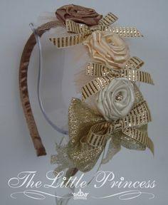 Tiara inquebrável, confeccionada em fita de cetim, gorgurão, metalizada, tule e pingo em strass... R$45,00
